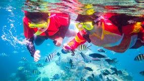 素叻他尼,泰国- 2015年7月14日:两潜航在清楚的水中的妇女 库存照片