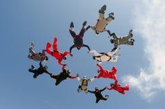 尽量延缓张伞的跳伞运动小组朋友 免版税库存图片
