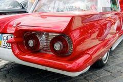 尾和Ford Thunderbird葡萄酒车的储蓄图象尾灯  图库摄影