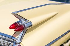 尾巴光和减速火箭的汽车的后部特写镜头  葡萄酒经典之作车细节  飞过与镀铬物防撞器和红色闸的防御者 免版税图库摄影