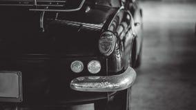 尾巴轻的汽车背面图 免版税图库摄影