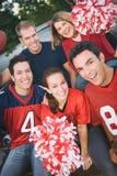 尾板:小组他们的队的朋友欢呼 免版税库存照片