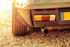 尾气和一辆蓝色Youngtimer汽车的尾灯 免版税库存照片