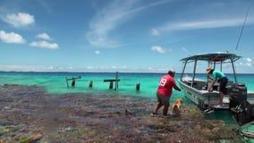 尾随伴游男人和妇女对在一条小船的一次旅行在海洋 影视素材