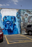 尾随在停车场砖墙上的街道画  免版税图库摄影