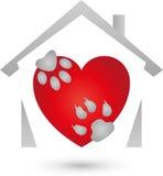 尾随爪子、猫爪子和心脏,动物商标的心脏 图库摄影