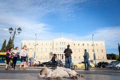 尾随睡觉在结构体正方形,在议会前面 库存图片