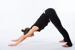 尾随舒展多种白人妇女瑜伽的向下的健康查出的模型部分姿势系列 这是一系列的各种各样的瑜伽姿势的一部分由这个模型 免版税库存照片
