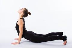 尾随舒展多种白人妇女瑜伽的向下的健康查出的模型部分姿势系列 这是一系列的各种各样的瑜伽姿势的一部分由这个模型 免版税图库摄影
