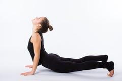 尾随舒展多种白人妇女瑜伽的向下的健康查出的模型部分姿势系列 这是一系列的各种各样的瑜伽姿势的一部分由这个模型 免版税库存图片