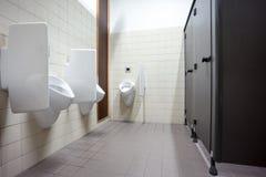 尿壶和洗手间门 库存照片