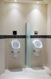 尿壶在一家豪华旅馆的男盥洗室 免版税库存照片
