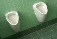 尿壶在卫生间里 免版税图库摄影