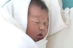 尿布的新出生的婴孩 免版税库存照片