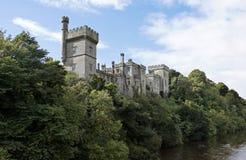 从黑尿病河观看的Lismore城堡, Co沃特福德,芒斯特省,爱尔兰 免版税库存图片