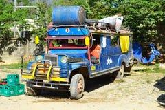局部总线驻地 装货和换装燃料jeepney 免版税库存图片