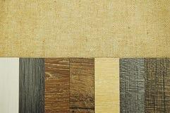 层压制品和乙烯基在w的地垫木纹理陈列品  免版税库存图片