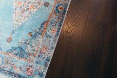 层压制品的parquete地板 轻的木纹理 米黄软的地毯 温暖的室内设计 库存图片