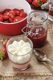 层数与被鞭打的奶油色顶部的草莓点心 免版税库存照片
