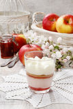 层数与被鞭打的奶油色顶部的草莓点心 库存图片
