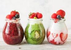 层状莓果和chia种子圆滑的人 库存图片