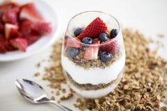 层状莓果希腊酸奶冷甜点 库存图片