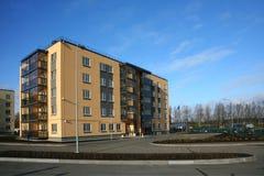 5层黄色灰色棕色房子照片典型的公寓楼  库存图片