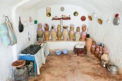 穴居人家厨房在Matmata 库存照片