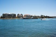 居住与小游艇船坞的江边 库存图片