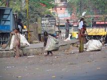居住在一个棚子的可怜的印地安人民在城市贫民窟 免版税库存照片