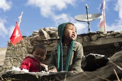 居住在喜马拉雅山, Manang村庄,尼泊尔, 11月2017社论的尼泊尔的孩子 免版税库存图片