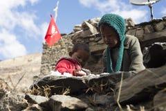 居住在喜马拉雅山, Manang村庄,尼泊尔2017年11月的尼泊尔的孩子,社论 图库摄影