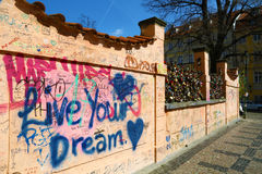 居住在布拉格墙壁写的您的梦想  免版税库存照片