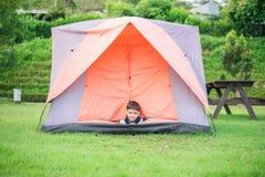 居住在帐篷里面的小男孩公园 免版税库存图片