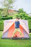 居住在帐篷里面的男孩在公园 免版税库存图片