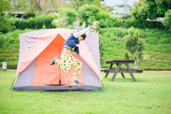 居住在帐篷里面的男孩在公园 库存照片