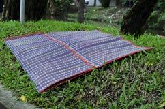 居住在庭院背景的传统泰国席子 库存照片