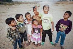 居住在贫民窟的未认出的可怜的孩子 免版税库存照片