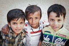 居住在贫民窟的未认出的可怜的孩子 免版税库存图片