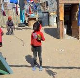 居住在Mondesa贫民窟的未认出的孩子 库存照片