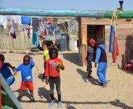居住在Mondesa贫民窟的未认出的孩子 免版税库存图片