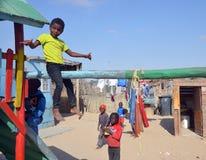 居住在Mondesa贫民窟的未认出的孩子 免版税图库摄影