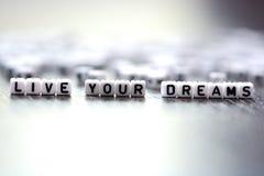 居住塑料信件小珠拼写的您的梦想忠告 免版税图库摄影