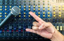 居住混音器上和音乐演播室手标志 免版税库存图片