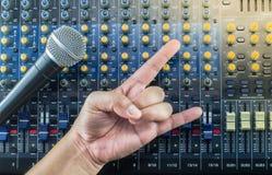 居住混音器上和音乐演播室手标志 库存图片