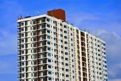 居住的公寓有天空作为背景 免版税图库摄影
