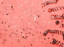 居住的珊瑚圣诞节五彩纸屑和闪闪发光背景 免版税库存图片