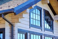 居住的美丽的坚实木屋 免版税库存图片