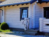 居住的美丽的坚实木屋 免版税图库摄影