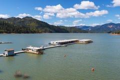 居住船和码头在Shasta湖 免版税库存图片